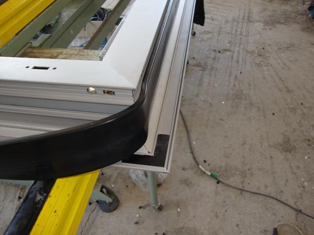 Περιμετρικό λάστιχο θερμοδιακοπής στα ενεργειακά κουφώματα αλουμινίου για την αποφυγή θερμογέφυρας.