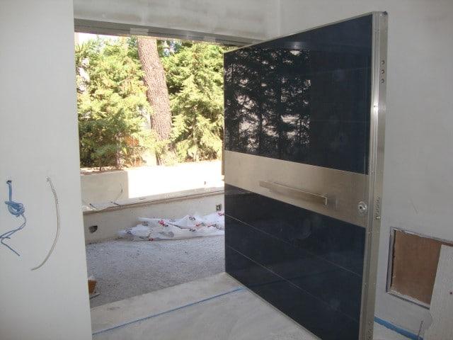 περιστρεφόμενη πόρτα σε οριζόντιο αξονα